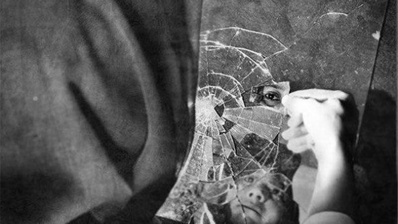 نگاه های کورکورانه و متعصبانه ای پیکر نحیف زنان تنها و سرپرست خانوار را خراش می دهد