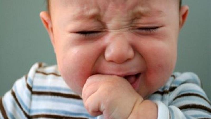 نوزادان چرا گریه میکنند و چطور گریه آنها را متوقف کنیم