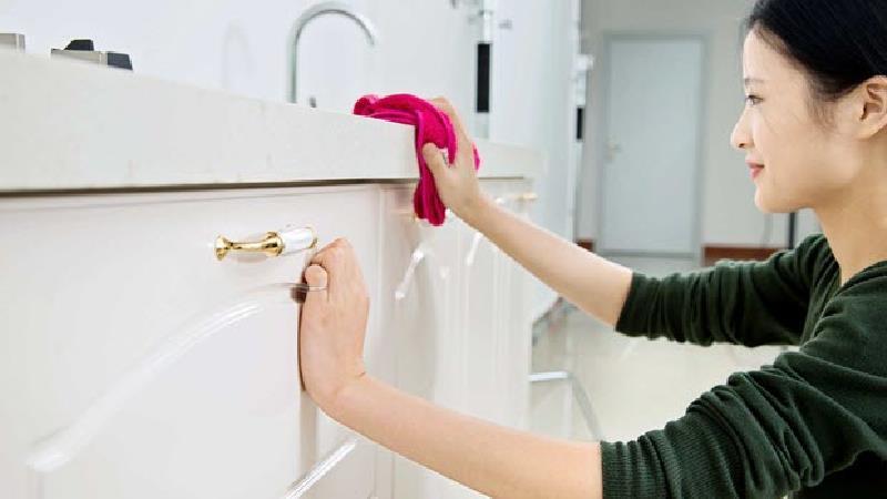 چطور چربی های کهنه و چسبیده را به راحتی  از آشپزخانه تمیز کنیم